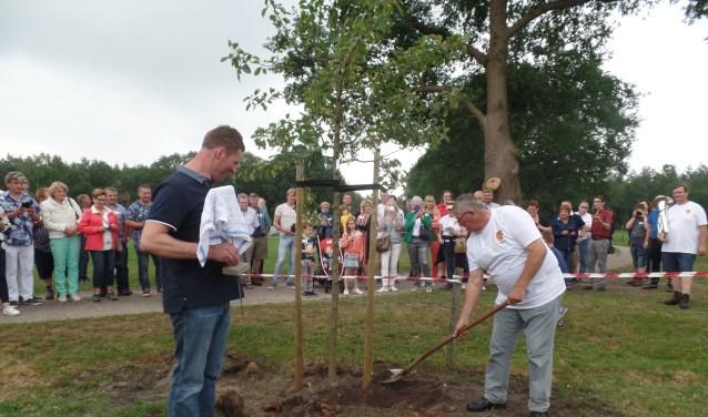 Als blijvende herinnering aan de familiereünie werd er door Jan Lievestro en Bert ten Arve een appelboom op het erf van de boerderij geplant met op de plaquette de tekst 'Lievestro Reünie 300 jaar 2-6-2018'. Foto: Jan Hendriksen.