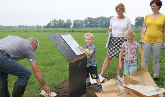Rens en Tess onthullen de plaquette die de start van de wandelroute markeert. Foto: Annekée Cuppers