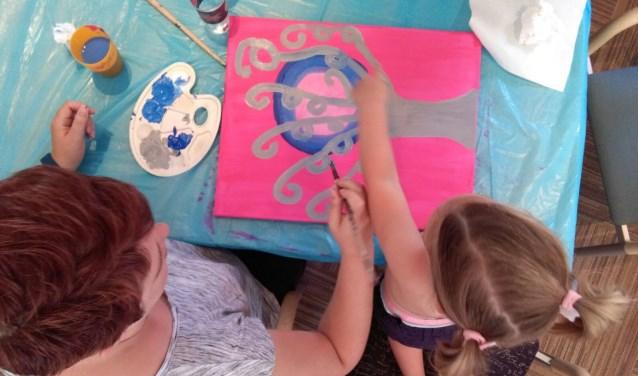 Schilderen met het gezin was een van de activiteiten tijdens de Gezinsmiddag. Foto: Guus van der Ploeg
