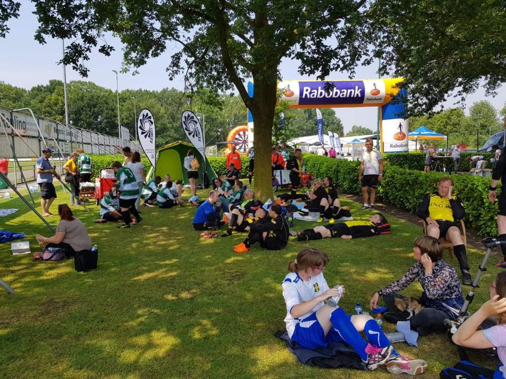Tijdens het toernooi is het aangenaam vertoeven in de schaduw onder de bomen op het sportcomplex. Foto: Henri Walterbos  © Achterhoek Nieuws b.v.