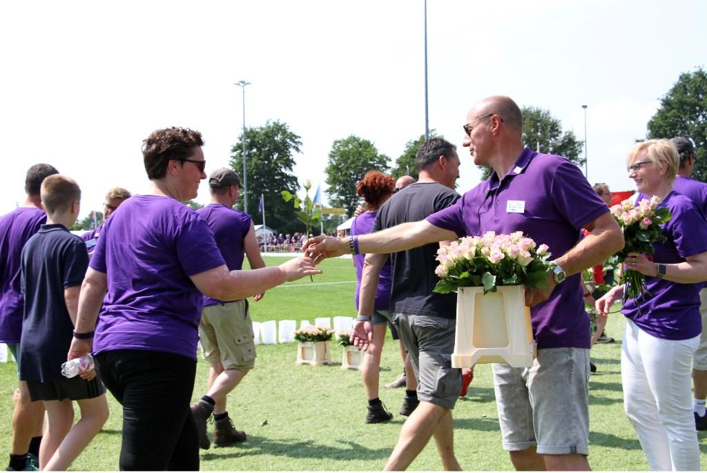 Alle Samenlopers krijgen een roos tijdens de Slotronde. Foto: Liesbeth Spaansen  © Achterhoek Nieuws b.v.
