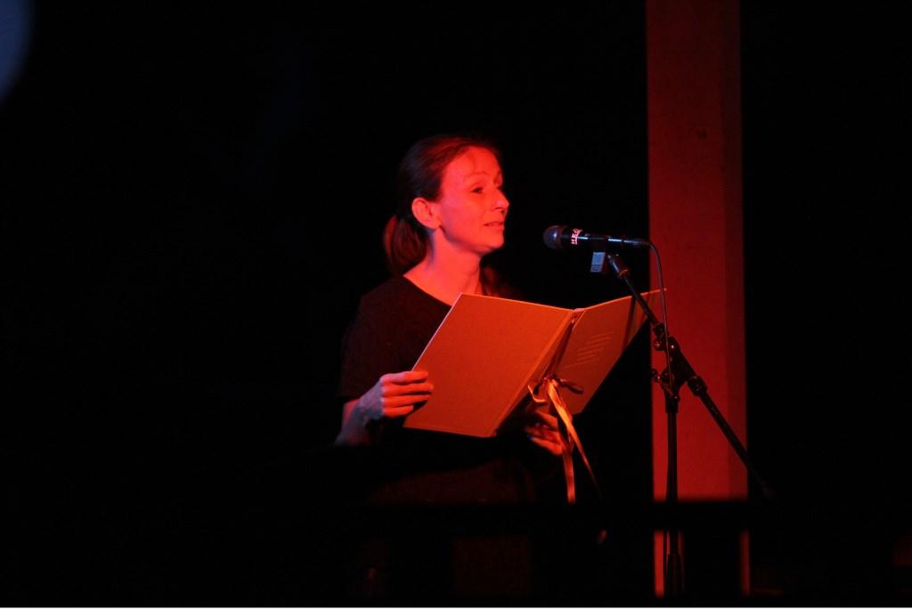 Eva Schuurman draagt gedichten voor tijdens de Kaarsenceremonie. Foto: Liesbeth Spaansen  © Achterhoek Nieuws b.v.