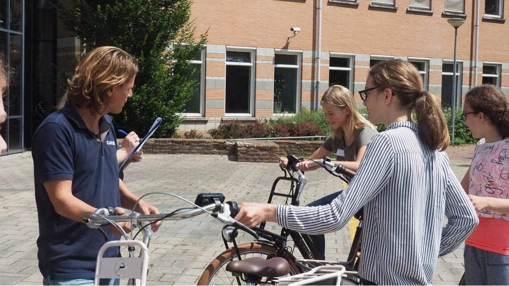 De medewerkers van Gazelle hadden ook enkele fietsen meegebracht, die de leerlingen mochten uitproberen. Foto: PR  © Achterhoek Nieuws b.v.