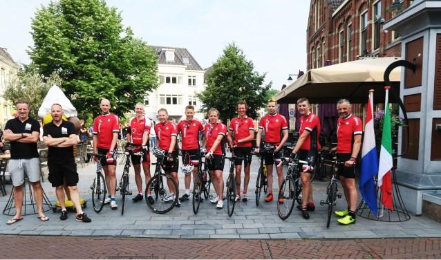 De wielerfanaten aan de start voor Grolle - Stelvia 2018. Foto: Theo Huijskes
