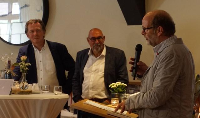 Henk Rijks spreekt iedereen toe, terwijl de vertrekkende wethouders Wilting en Nijland (links) luisteren. Foto: Frank Vinkenvleugel