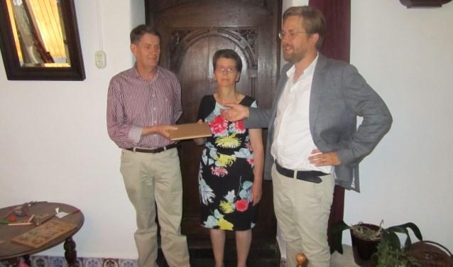 Pim te Bokkel heeft het eerste exemplaar van 'De Achterhoekse verzen' overhandigd aan zijn ouders. Foto: Bernhard Harfsterkamp  © Achterhoek Nieuws b.v.