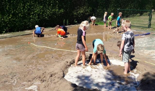 Er wordt volop met zand en water gespeeld. Foto: PR