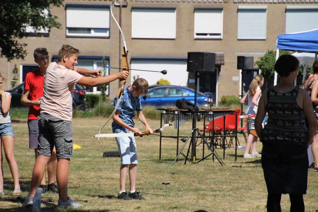 Vooral de jeugd waagde zich aan het handboogschieten. Foto: Annekée Cuppers  © Achterhoek Nieuws b.v.