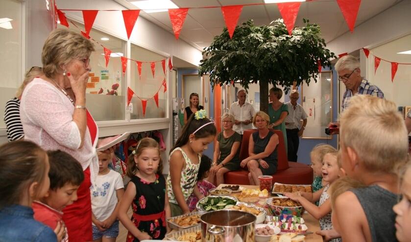 Juf Joke bij het hapjesbuffet, dat door ouders van leerlingen is gemaakt. Foto: PR
