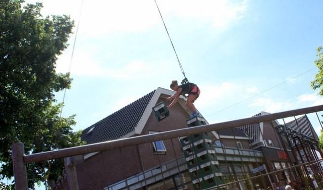 Waaghalzen mogen proberen een zo hoog mogelijke stapel kratten te stapelen. Foto: PR