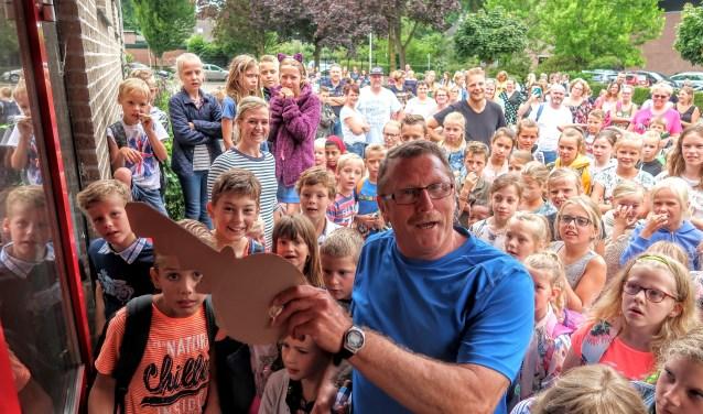 Meesters, juffen en leerlingen van basisschool De Vordering in Vorden namen op woensdag 11 juli afscheid van hun school. Foto: Luuk Stam