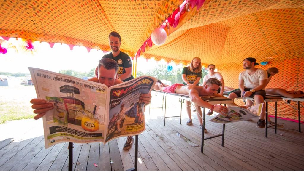 Massage met de Harder! campingkrant. Foto: Kamiel Scholten  © Achterhoek Nieuws b.v.