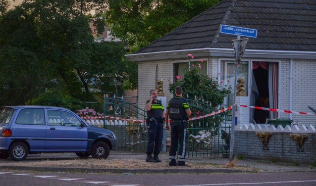 In de woning is sporenonderzoek gedaan en agenten hielden een buurtonderzoek. Foto: GinoPress B.V.