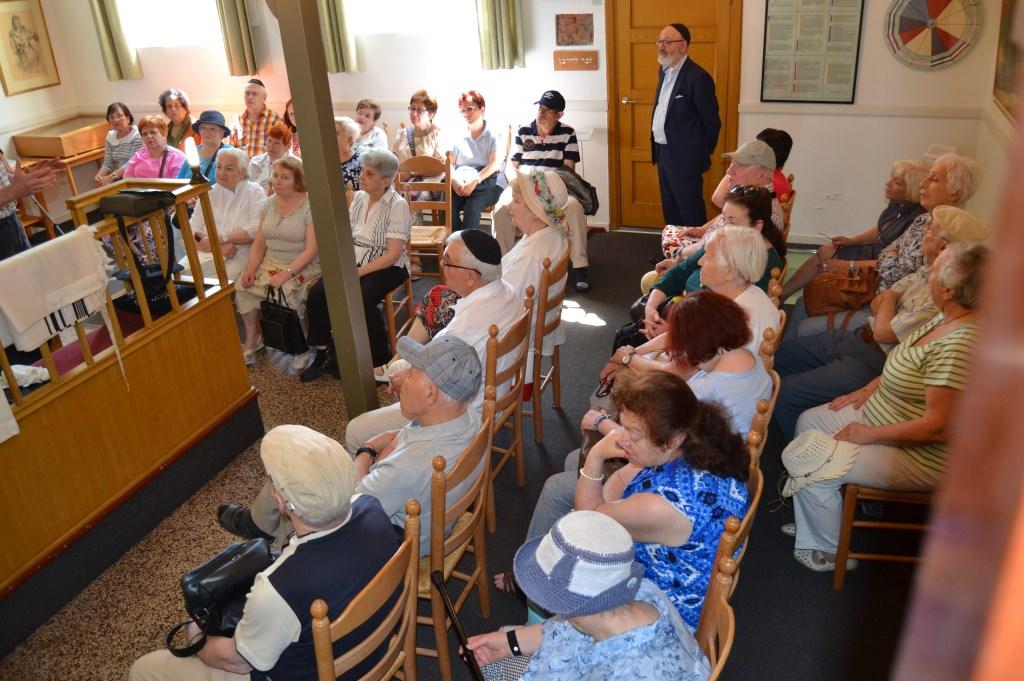 De Joodse gasten krijgen uitleg over de Aaltense synagoge. Foto: Karin Stronks  © Achterhoek Nieuws b.v.