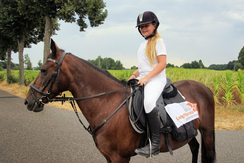 Lotteke met haar pony Laila. Foto: Frank Vinkenvleugel  © Achterhoek Nieuws b.v.
