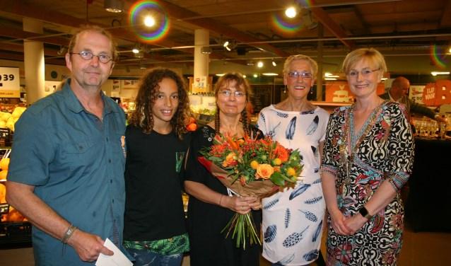Toon en Petra kregen de versierselen opgespeld door burgemeester Besselink. Foto: PR