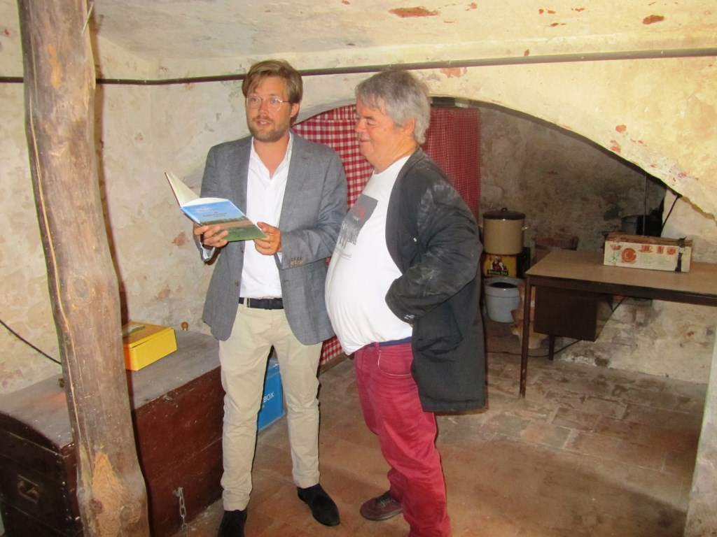 Pim te Bokkel en Hans Mellendijk lezen de twee versies van Wasknijper voor. Foto: Bernhard Harfsterkamp