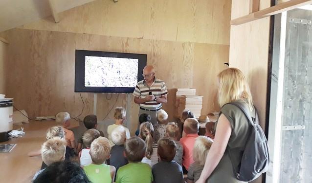 In de educatieruimte in de bijenstal kunnen ook groepen worden ontvangen voor lessen over bijen. Foto: PR