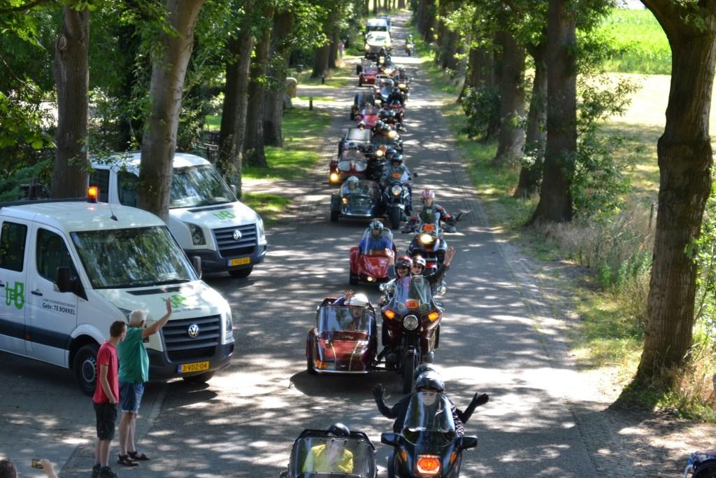 De stoet van bijna vijftig motoren op de Buninkweg richting Aalten. Foto Leander Grooten  © Achterhoek Nieuws b.v.