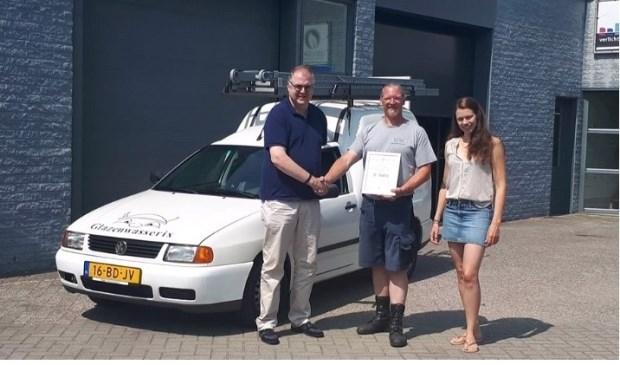 Tibo van Hout van Glazenwasserix neemt het certificaat in ontvangst. Foto: PR