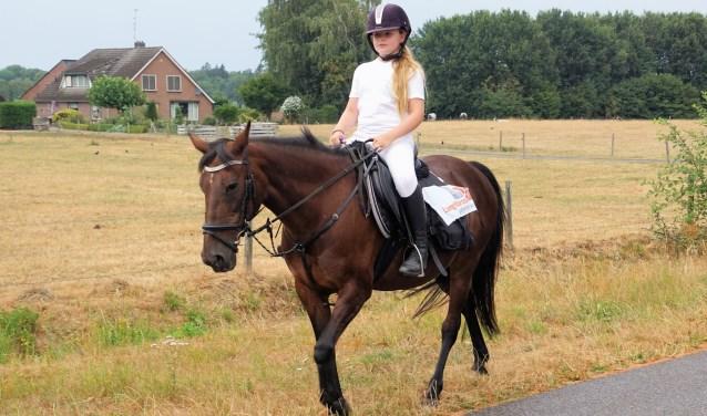 Lotteke met haar pony Laila. Foto: Frank Vinkenvleugel