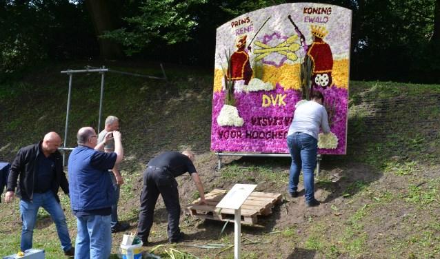 De Vrolijke Knobbelaars tijdens het plaatsen van hun paneel afgelopen jaar.Foto: Stichting Grolse Kermis