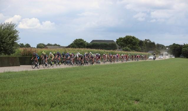Het peloton stuift door de Achterhoek. Foto: Sportfoto.nl