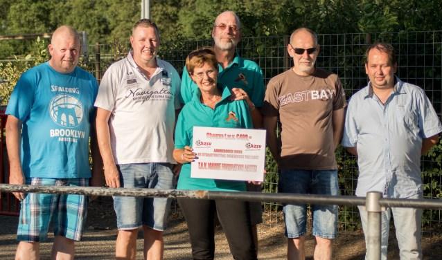 Een cheque van de organisatoren van het toernooi voor de Joanne Foundation. Foto: Marcel te Brake