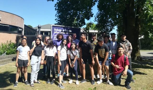 De Nederlandse leerlingen en docent samen met de Indonesische leerlingen en docent. Foto: Eva Schipper