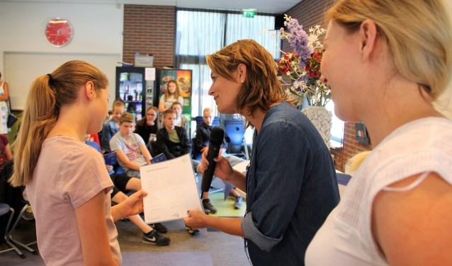Ilse Saris (midden) en Melanie Vinkenvleugel bekijken samen met leerlinge Elke Nijenhuis het certificaat. Foto: Lydia ter Welle