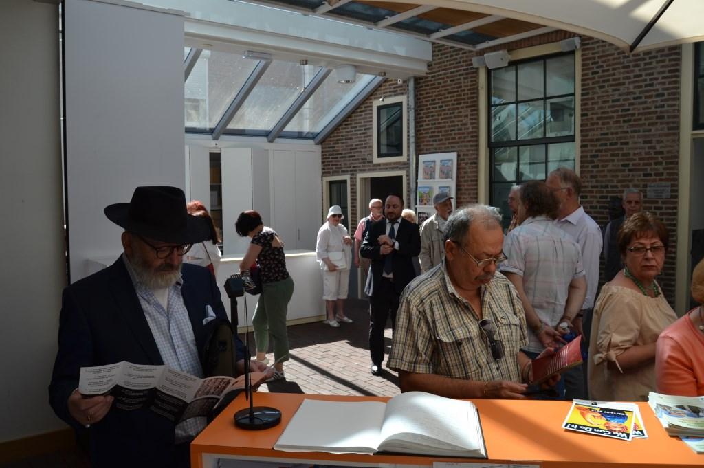 Een groep Joodse senioren begon met de rondleiding in het Nationaal Onderduikmuseum. Foto: Karin Stronks  © Achterhoek Nieuws b.v.