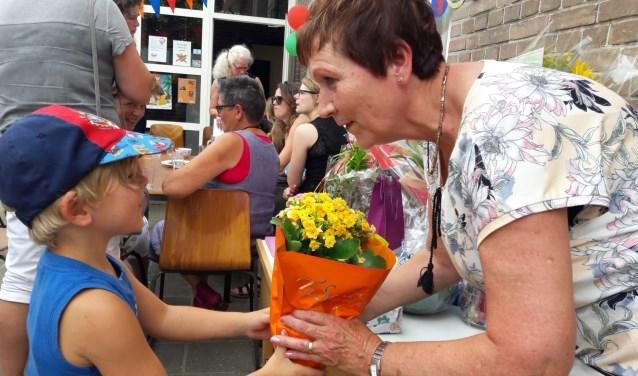 Veel mooie tekeningen en bloemen voor Elly Olthof. Foto: PR