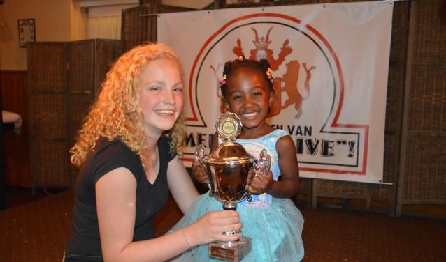 Winnaar bij de jeugd tijdens De vrienden van Medler Live werd de vijfjarige Unathi Groot Nuelend onder begeleiding van Anna Otten met het 'Vliegerlied'. Foto: PR.