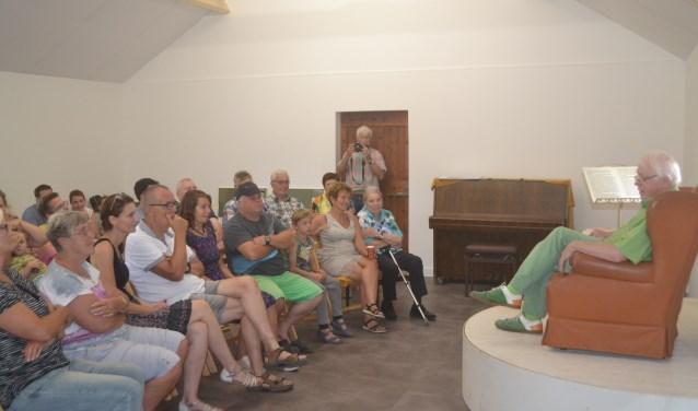 Henk Kalfsterman spreekt buurtbewoners toe in de Cultuurschuur. Foto: Joke Burink