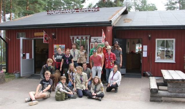 Scouts, explorers, stamleden en leiding van Scouting Sweder van Voorst nemen afscheid van Tobias Moes (r.) en Rådastrands Camping. Foto: Scouting Sweder van Voorst