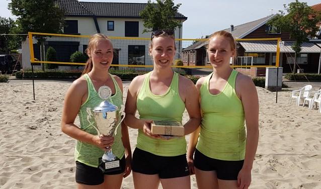 Het winnende team van de dames Beach Cup. Ilse, Kirsten & Fleur met de behaalde prijzen. Foto: Peter Kolkman