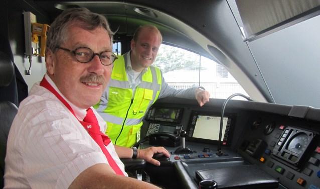 Frank van Setten en burgemeester Benegvoord in de bestuurderscabine van de trein. Foto: Bernhard Harfsterkamp