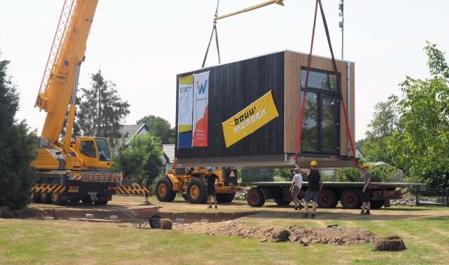 Een 'tiny house' wordt op de plek getakeld. Foto: PR