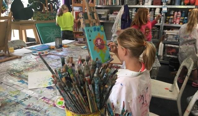 Kinderen zijn creatief bezig tijdens de Hooiland Avonturen Dagen. Foto: PR