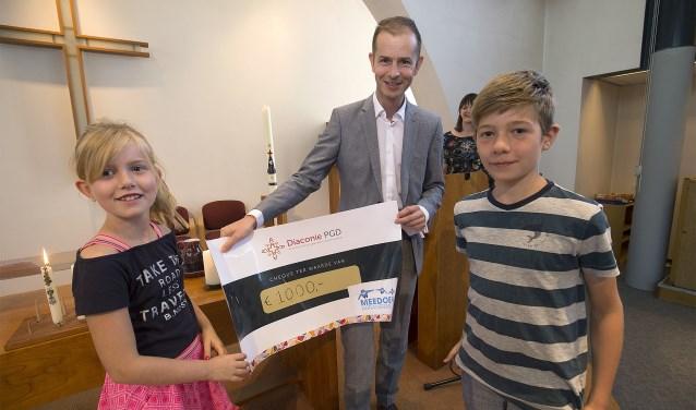 Wethouder Jorik Huizinga met kinderen van het kerkelijk centrum. Foto: PR