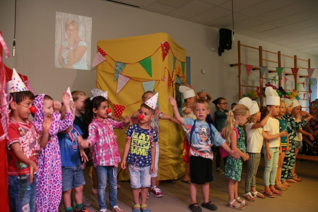 De kleuters voeren een musical op voor juf Joke. Foto: PR  © Achterhoek Nieuws b.v.