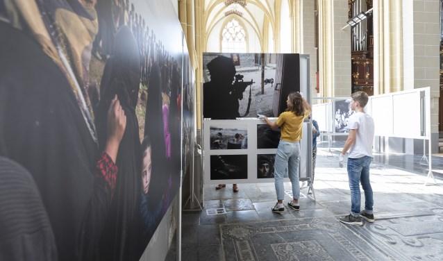 Het bestuur van World Press Photo Zutphen bouwt de tentoonstelling op in de Walburgiskerk. Vanaf vrijdag 6 juli 10.30 uur is de tentoontstelling geopend voor het publiek. Foto: Patrick van Gemert/Zutphens Persbureau