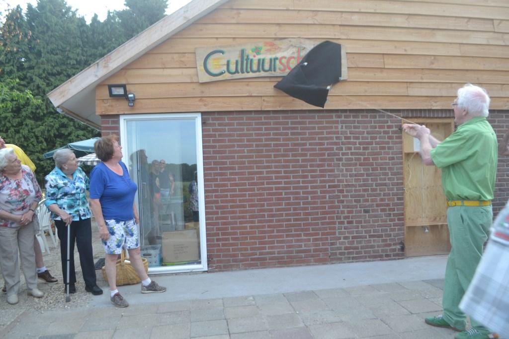 Onthulling van het naambordje Cultuurschuur met Anneke en Henk Kalfsterman. Foto: Joke Burink  © Achterhoek Nieuws b.v.