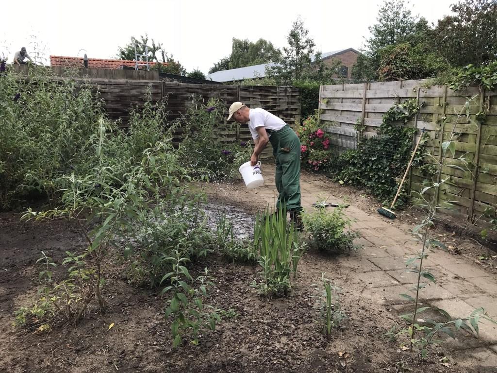 Flex-vrijwilliger schoont tuin op via Present Bronckhorst. Foto: PR Present Bronckhorst  © Achterhoek Nieuws b.v.