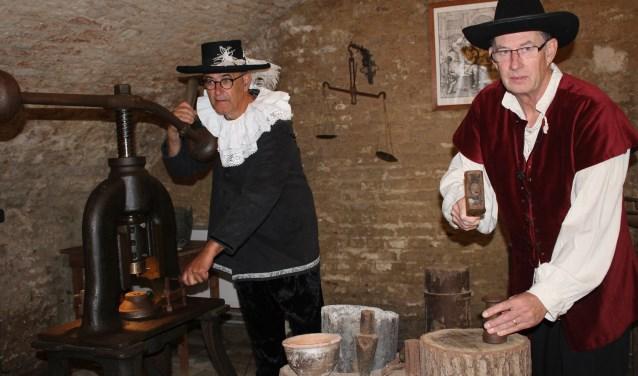 Frits Frauenfelder bij de schroefpers en Wout van Zeben bij de handslag. Foto: Marlous Velthausz Foto:  © Achterhoek Nieuws b.v.