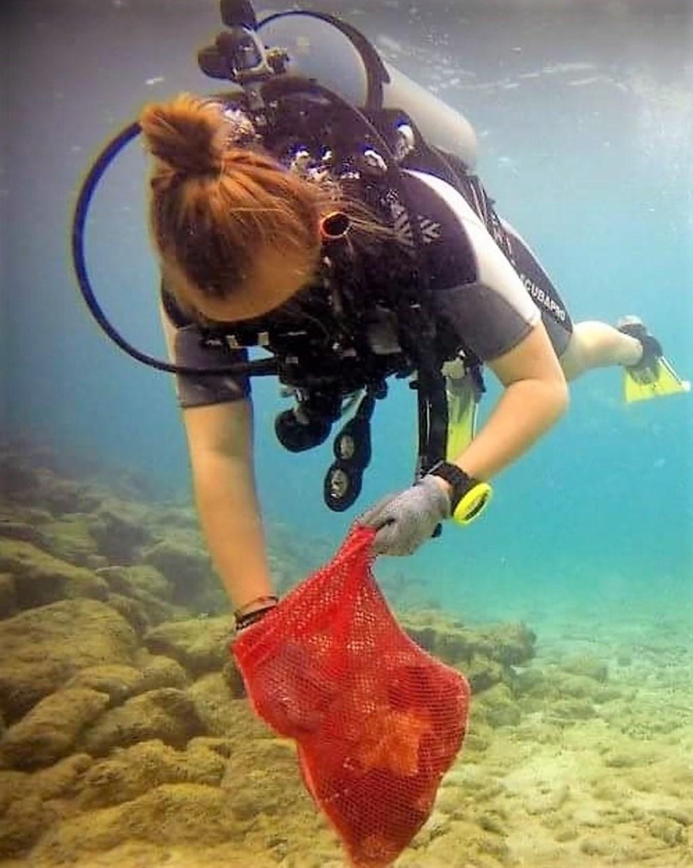 Mariëlle is al ervaringsdeskundige als het gaat om plastic afval verzamelen. Foto: Bor Braakhekke, The Dive Bus Curaçao  © Achterhoek Nieuws b.v.