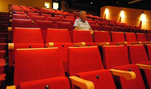 Henk Rougoor in de zaal van het Barghse Huus met 120 stoelen. Foto: Montferland Nieuws