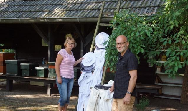 Imkers Lucie en Edwin. Foto: Frank Vinkenvleugel