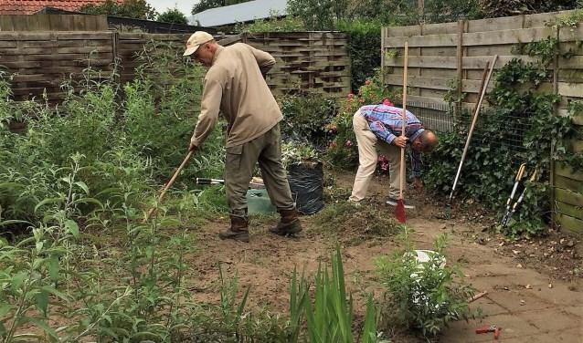 Flex-vrijwilligers schonen tuin op via Present Bronckhorst. Foto: PR Present Bronckhorst