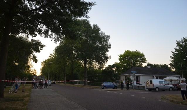 Straat in Zutphen afgezet voor politieonderzoek naar schietincident. Foto: GinoPress B.V.